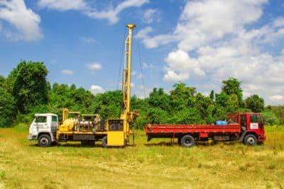 Duas máquinas para perfuração e manutenção de poços artesianos